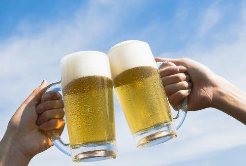 发工资了,半只烧鹅两瓶啤酒,犒劳下辛勤的自己
